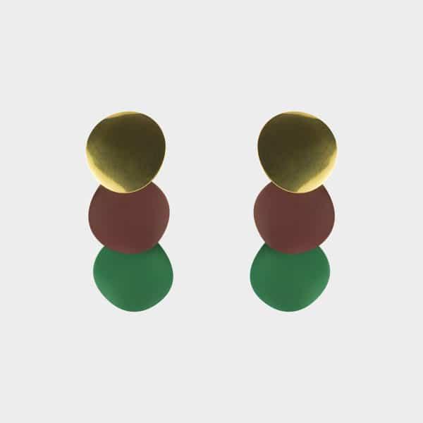 Ces petites boucles d'oreilles aux couleurs jaune, rouge et verte iront parfaitement avec votre tenue.