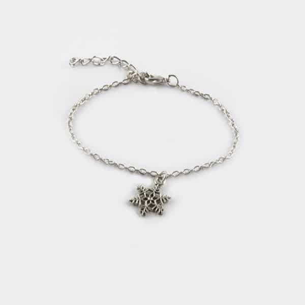 Un bracelet fin composé d'un flocon de neige qui rappelle Noël