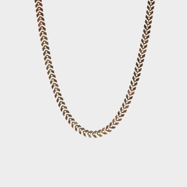 Ce magnifique bracelet doré en forme de feuillage apportera une touche de lumière à votre tenue.