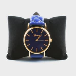 Montre bleu avec un bracelet matelassé.